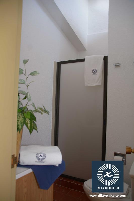 Baños para cada habitación de la planta superior con toallas NUEVAS, listas para estrenar.
