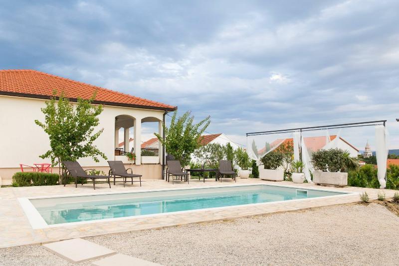 Luxury Villa Sunny Garden, 10 min away from Split, aluguéis de temporada em Kastela