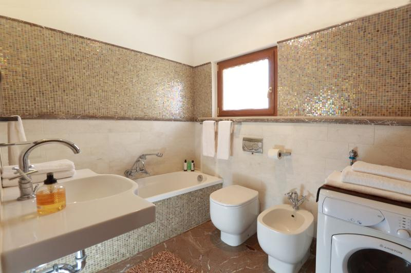 Separte bath room, cream marble wall covering, bath tub, wc, bidet , washing maschine (n. 2 of 4 tot