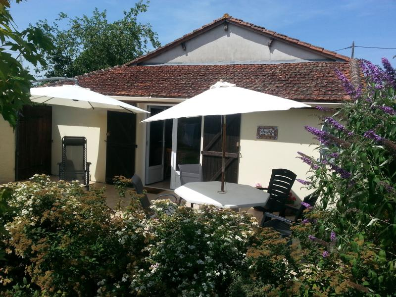 Le Noyer - Cottage Holiday Rental, vacation rental in Manzac-sur-Vern