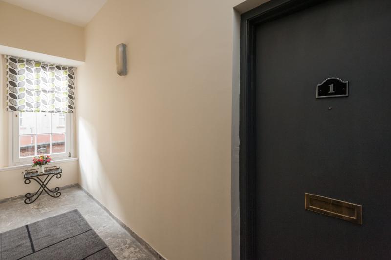 Puerta apt Blair St Scott en bien de la escalera
