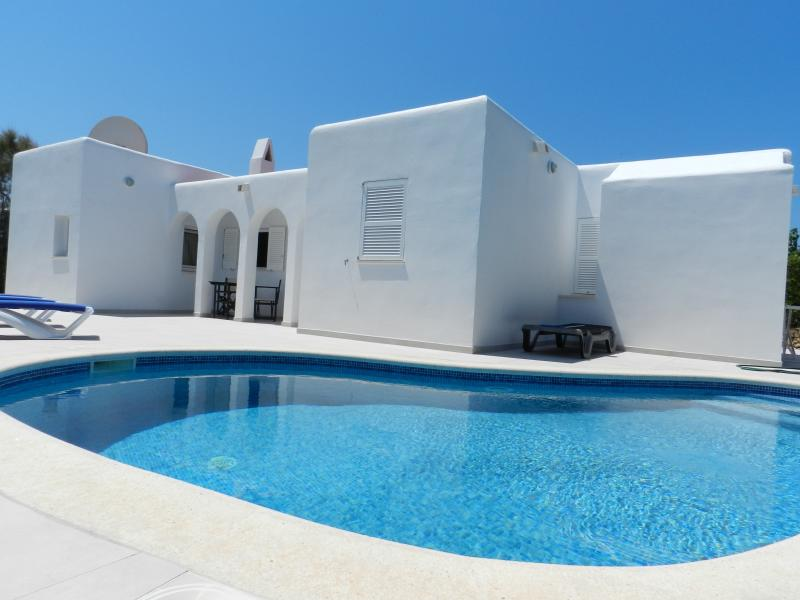 Beautiful villa newly tiled inside and outside with private pool and wifi, Ferienwohnung in Cala Blanca