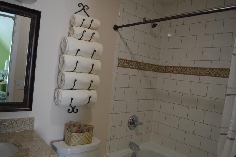 Een elegant ingerichte badkamer in de Rose Suite begroet u na een lange dag.