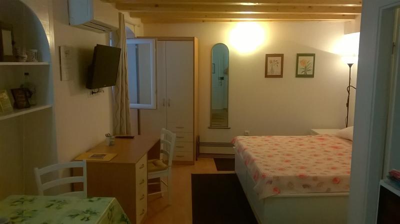 Studio Apartment - Pjaceta 2, Cres, holiday rental in Cres