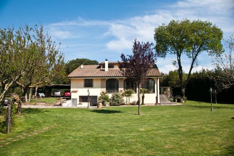Fronte villa ,  parcheggio e giardino
