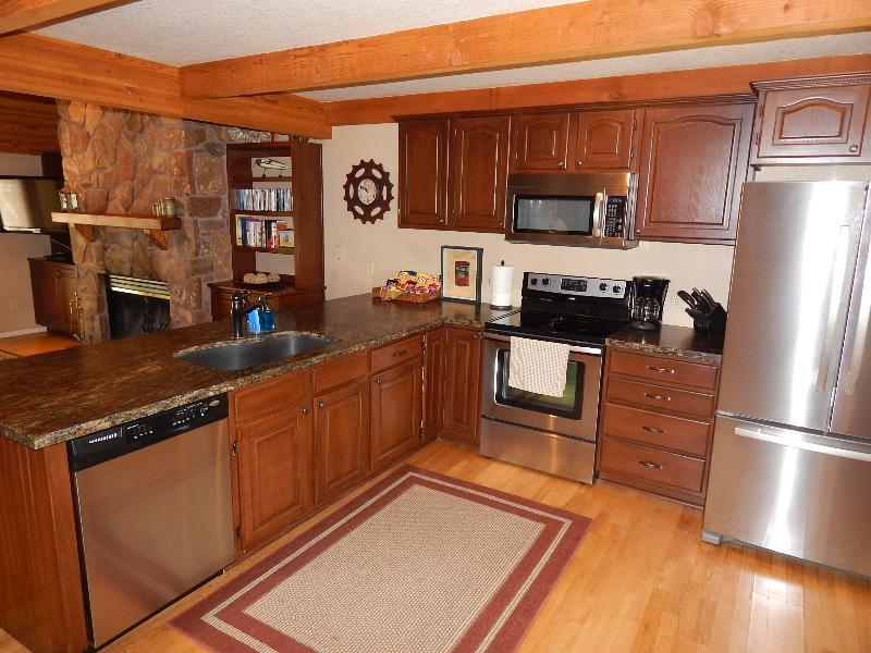 Actualizada cocina con granito, electrodomésticos de acero inoxidables y todo que lo necesario para hacerlo como en tu casa