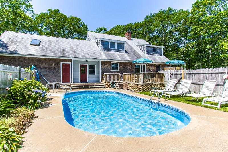 DRAPM - Mink Meadows Family Compound, Private Heated Pool,  Walk or Drive to Pri, alquiler de vacaciones en Martha's Vineyard