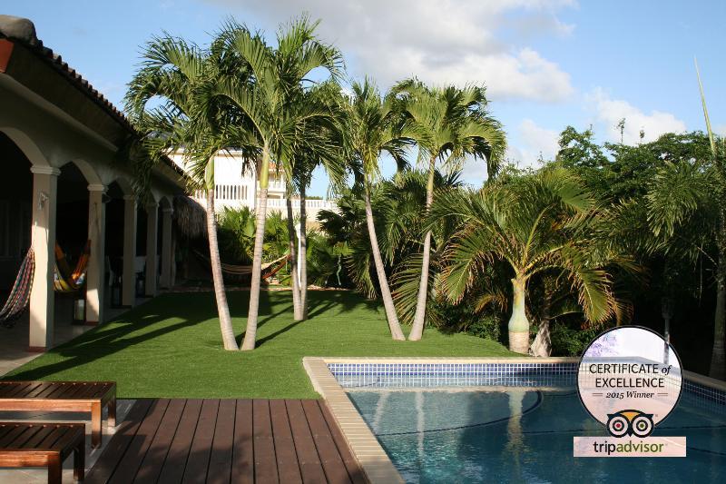 Hibiscus beach house garden view room, vacation rental in Curaçao