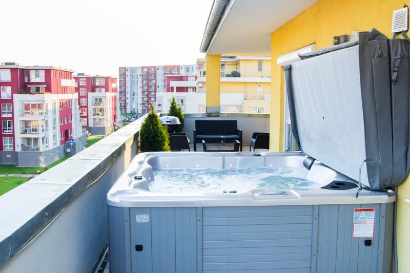 Brasov Sweet Retreat-Penthouse Galben 3 room 160m2, vacation rental in Sacele