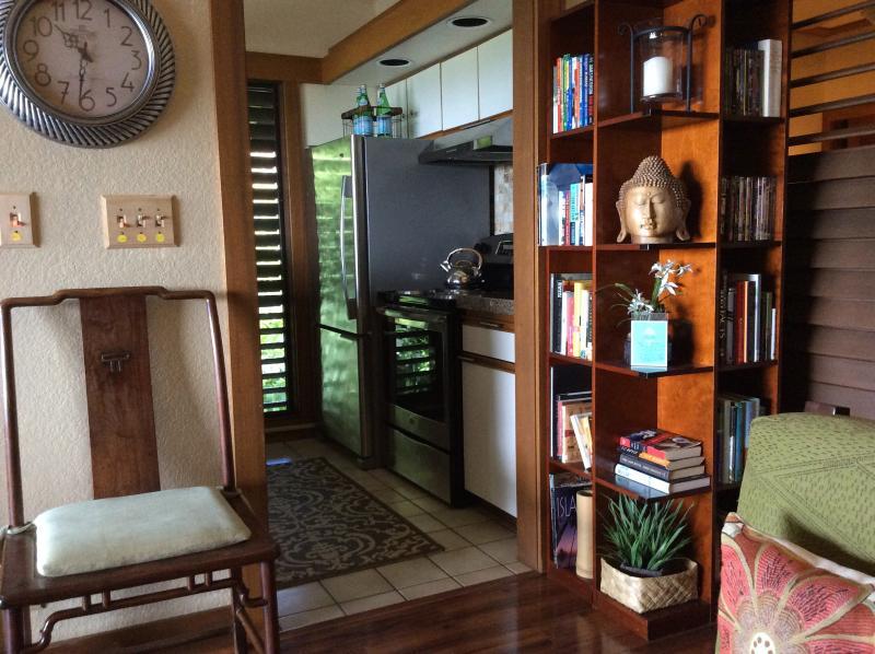 libreria con dvd film e grandi libri