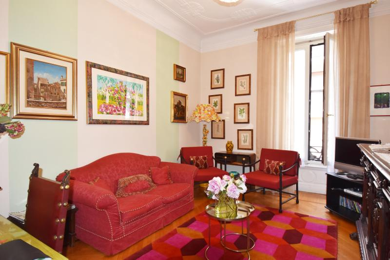 Casa Broggi - Two bedroom apartment next to shopping district, holiday rental in Milan