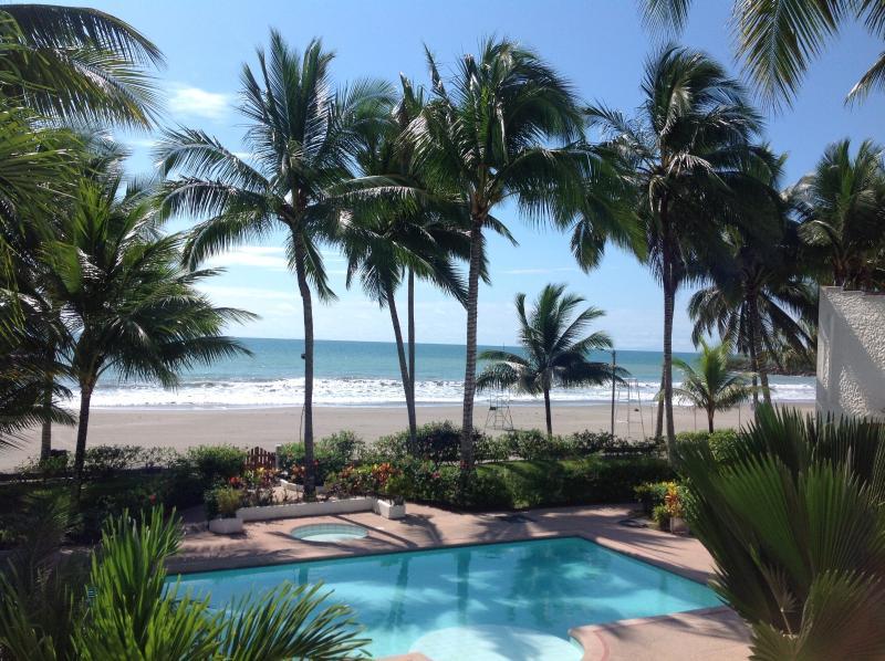 Beautiful apartment steps away from the pool and 20m from the beach, aluguéis de temporada em Província de Esmeraldas