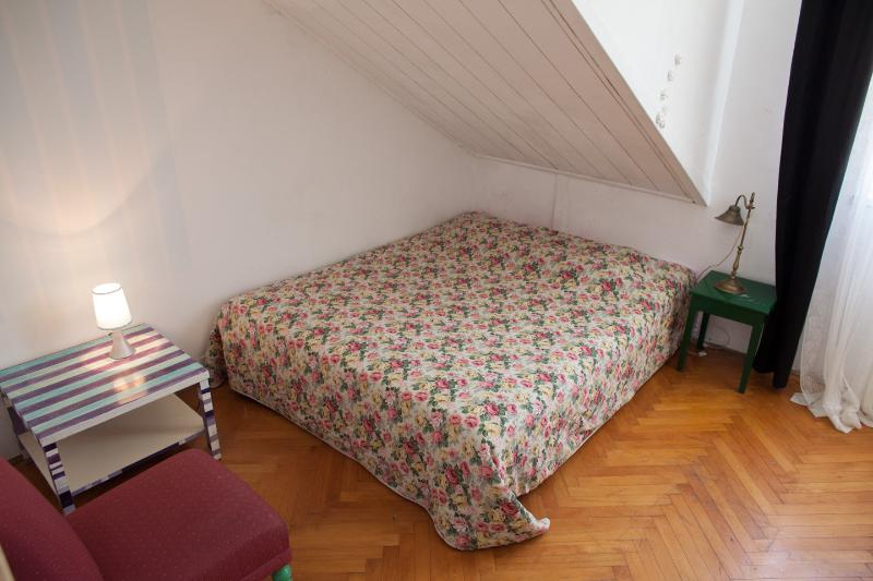 Doubble bed in the bedroom