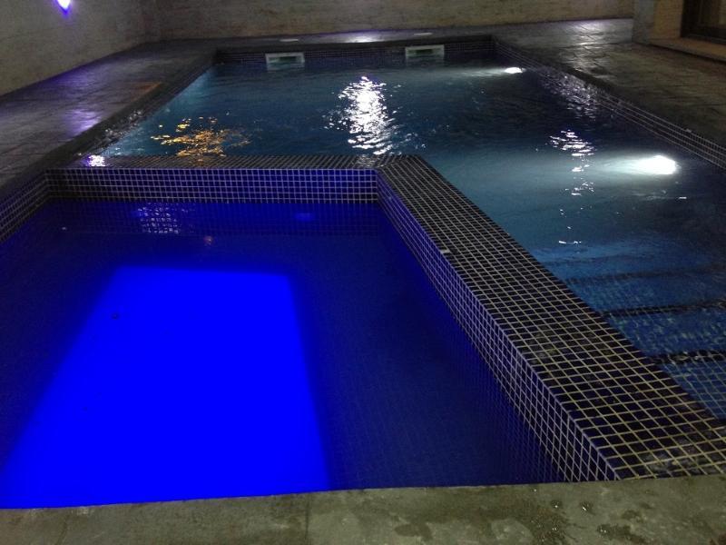 VILLA LUJO, PISCINA PRIVADA CON JACUZZI, vacation rental in Empuriabrava
