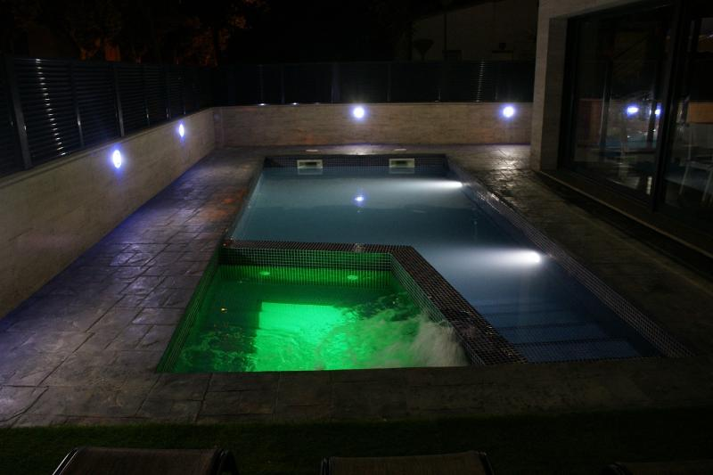 VILLA LUJO, PISCINA PRIVADA CON JACUZZI, holiday rental in Vilacolum