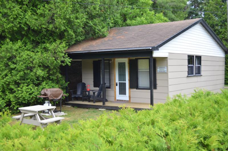 Sauble Beachside Retreat - Cedar Cove Cabin, alquiler de vacaciones en Bruce County