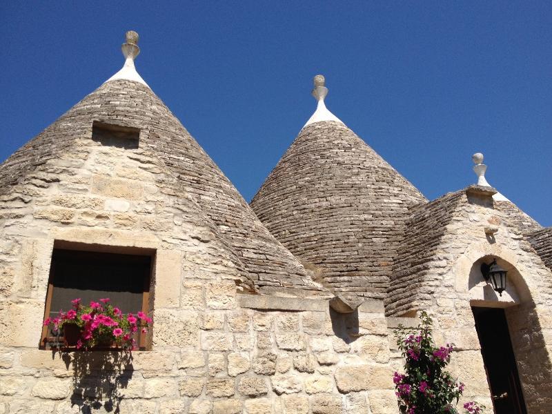 Vista frontale dei Trulli della Casa Vacanza La Ginestra in Puglia tra Ostuni e Cisternino e Martina