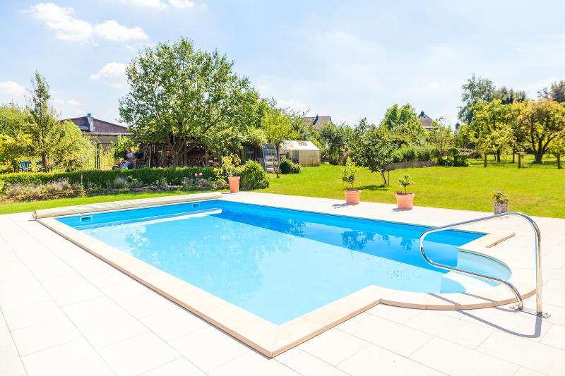La piscina invita a relajarse