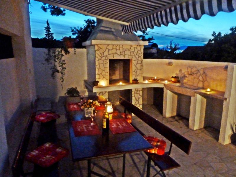 Apartment Vanda, Splitska, Brac, 30m from beach!, holiday rental in Splitska