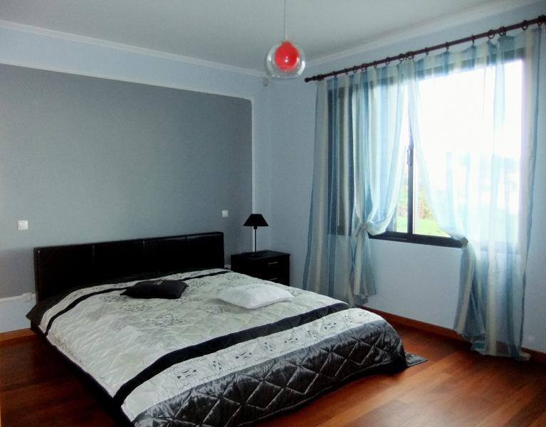 Dormitorio principal con baño en suite casa rural Reina