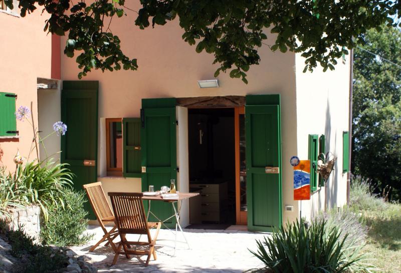 Private Terrasse vor dem Eingang, die gut ausgestattete Küche ist nur wenige Schritte entfernt.