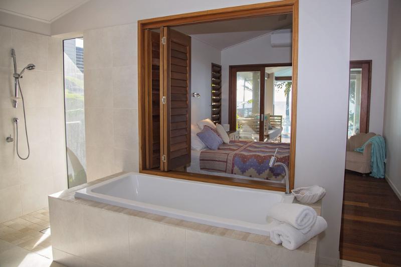 The Artist House - Main Bedroom Bathtub