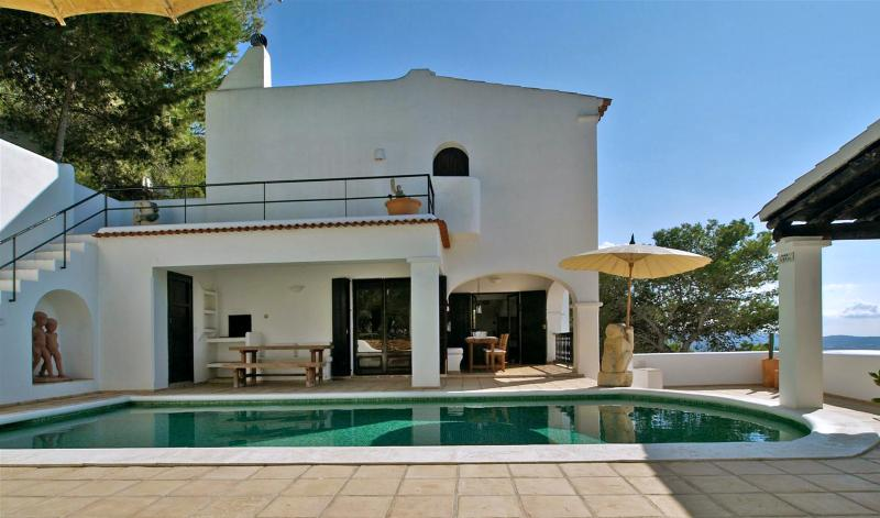 Cala Gracio Villa Sleeps 8 with Air Con - 5049309, aluguéis de temporada em Cala Gracio