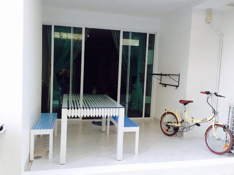 Mesa de comedor al aire libre en el patio trasero.  La bicicleta es para cleint.  No dude en dar un paseo