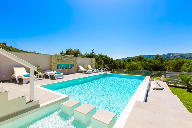 40 m² swimming pool.  Minimum depth: 0.8 m, Maximum depth: 1.5 m