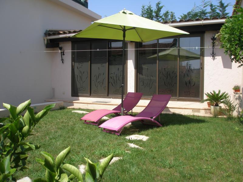 2 pièces 3* dans villa au calme, plage à pied, holiday rental in Juan-les-Pins