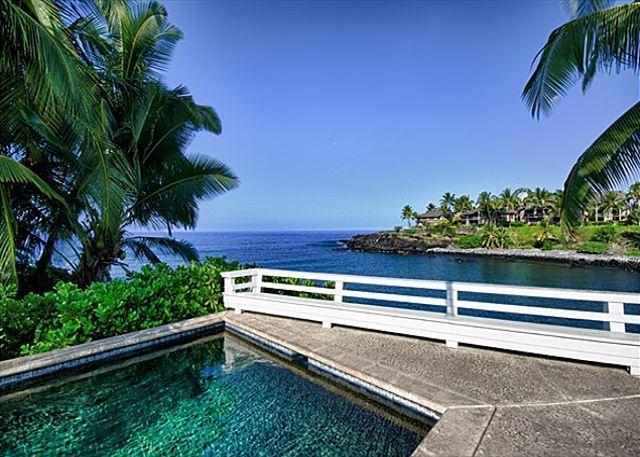 Junto a la piscina con vistas al mar