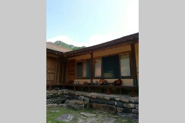 Alojarse en una casa de estilo hanok fusión con todas las comodidades modernas.