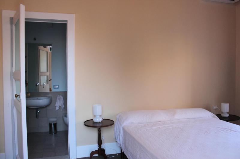 La stanza è doppia con bagno in camera