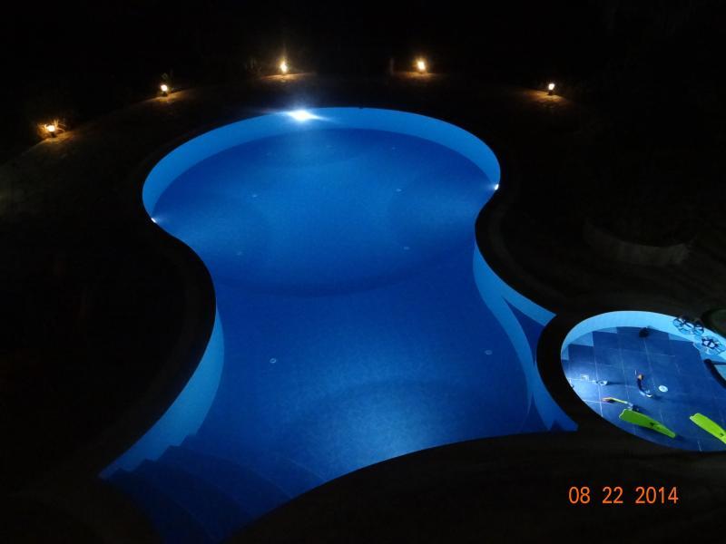 piscina en la noche