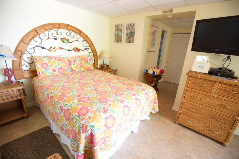 The lower suite features a queen bed, Cable Hi-Def TV, WiFi, and Netflix!