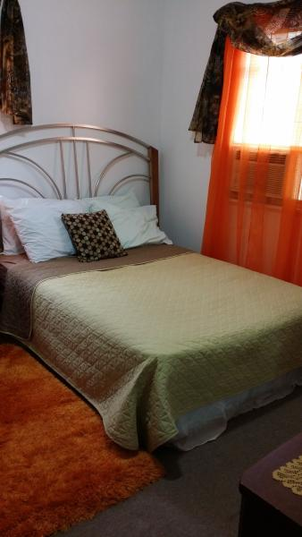 DOMINIQUE'S NY- Upper Level private room-shared bath*safe area*wifi*metro, holiday rental in Yonkers