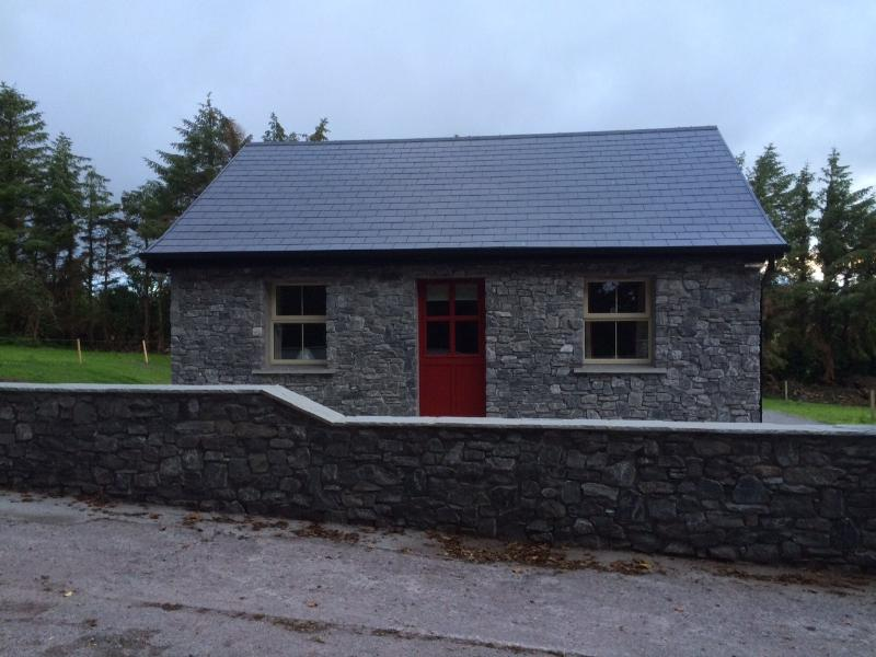 100 year old rural irish cottage, vacation rental in Killavullen