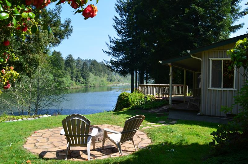 River Front Home On The Beautiful Smith River, alquiler de vacaciones en Fort Dick