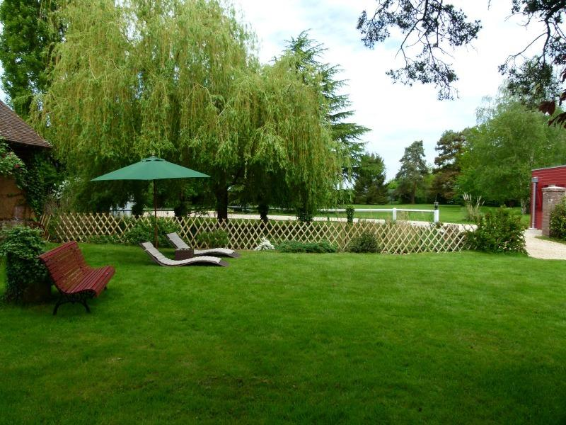 Bed and breakfast with a large garden of 5000 m2, 1 hour from Paris, 10 mm in Dreux, 30 mm in Chartres