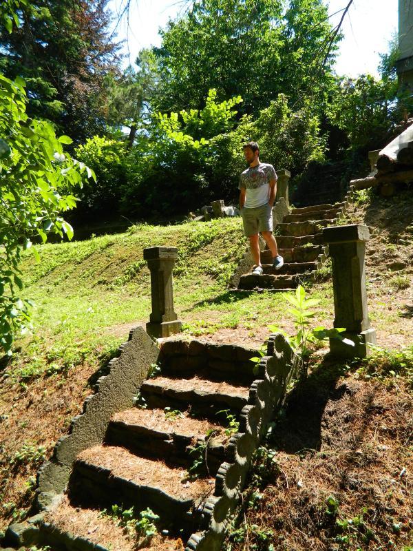 A romantic walk into the green of the private park. Scalinate nel romantico parco privato