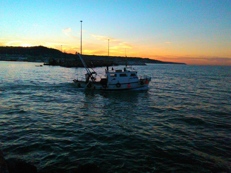 Peschereccio al tramonto a San Benedetto del Tronto