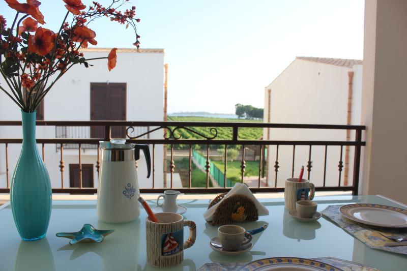 Vista da varanda dos vinhedos e a ilha de Mothia