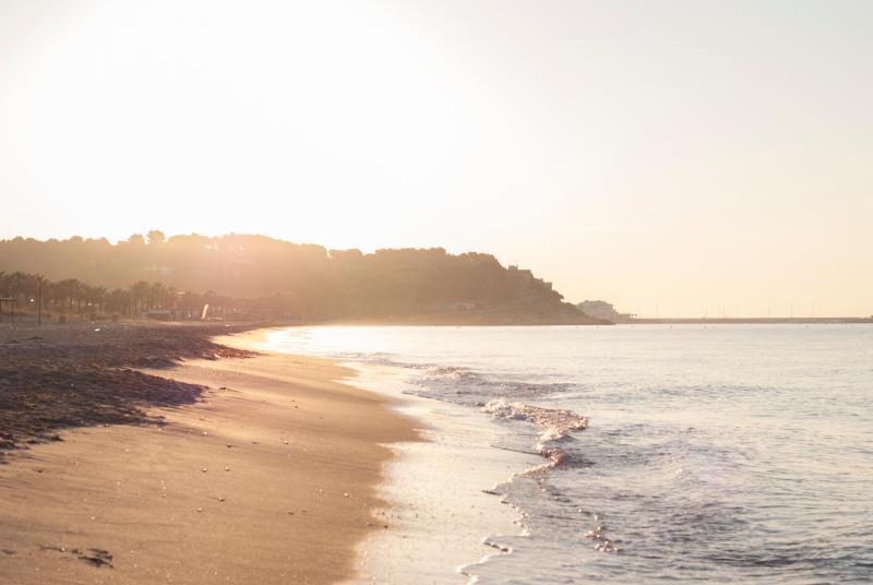 Playas a 7 MINUTOS EN COCHE · Platja Llarga de Roda de Berà y Roc de Sant Gaietà.