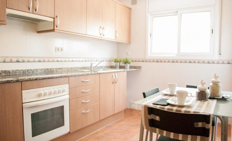 Cocina equipada con nevera, microondas y horno