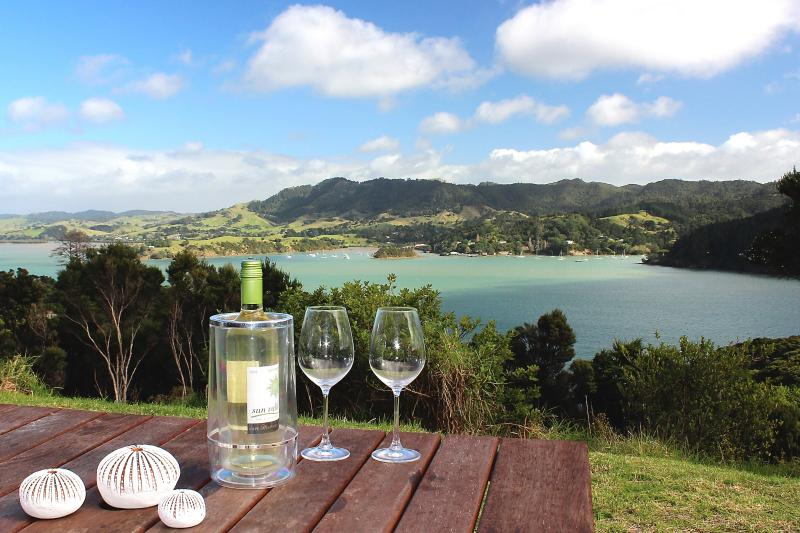 Entire Villa; Modern, Sunny, Peaceful & Safe; seaviews three sides, volcano to S, holiday rental in Mangonui