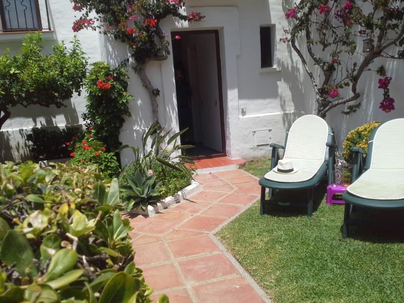 Villacana, large ground floor studio with garden.#Certificate of excellence 2018, holiday rental in Estepona
