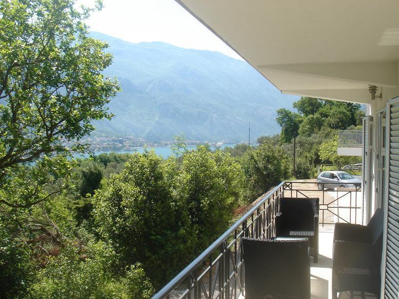 Peaceful, stunning views, pool, 2 mins walk to sea, vacation rental in Prcanj