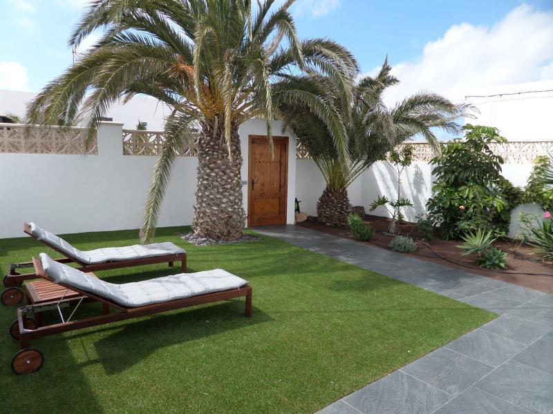 Jardín y solarium de entrada