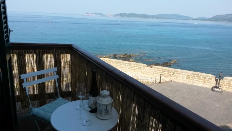 bebida de bienvenida frente al mar