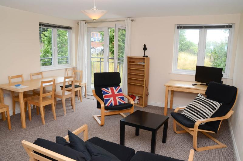 Exeter City Centre: 2 bedroom+2 bathroom  flat- sleeps 5 and parking included!, holiday rental in Exeter